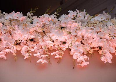 Flower Wall weiße Orchideen Blumen Blumenwand Hochzeit Fotowand Blog Floristik Hochzeitsdeko