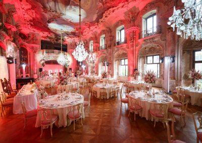 Hochzeit-im-Schloss-Bückeburg-Bankettbestuhlung-Blumendeko