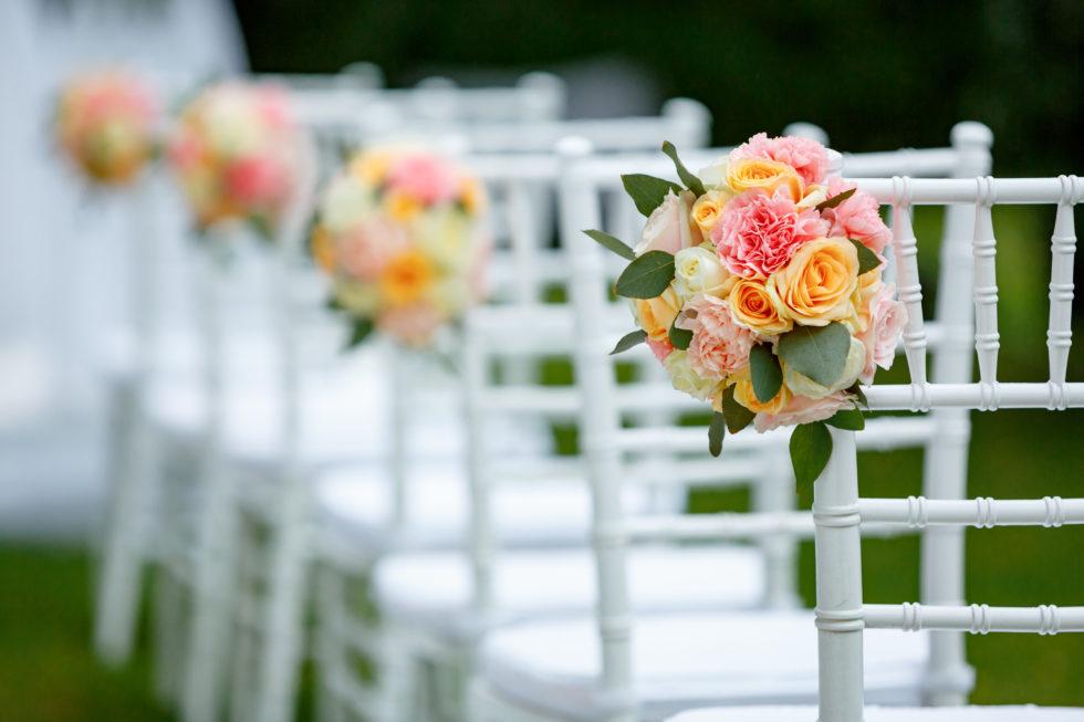 Corona Hochzeit Freie Trauung weiße Chiavari Stühle mit Blumendekoration