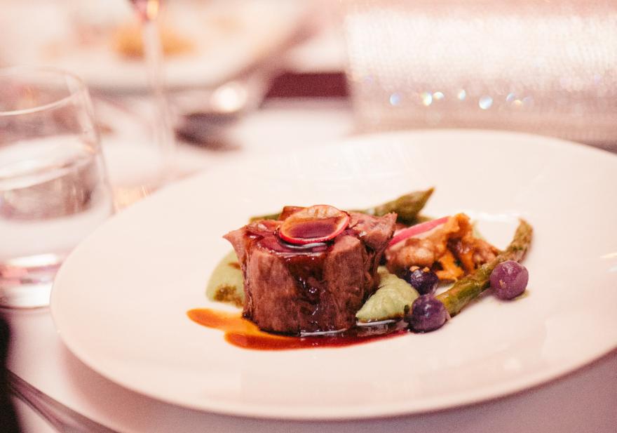 Corona Hochzeit Eingedeckter Tisch mit Hauptspeise Fleisch Gang Menü